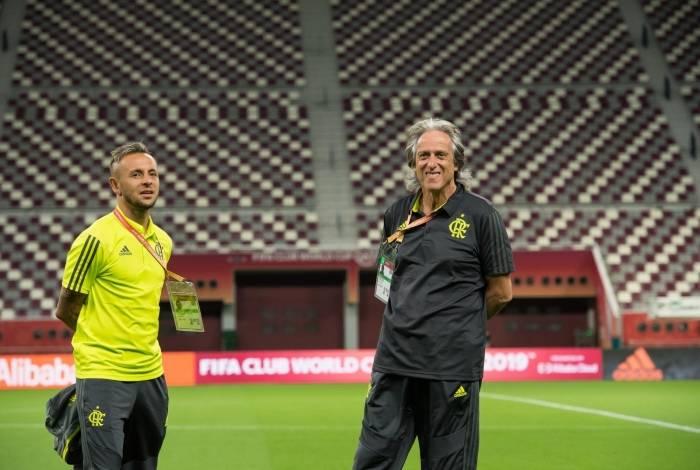 Ao lado de Rafinha, Jorge Jesus sorri e demonstra confiança na busca por uma vitória sobre o Al Hilal