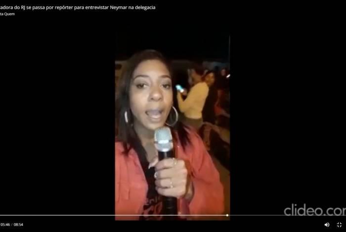 Edlaine Causadora com microfone de karaokê durante reportagem com jogador na Cidade da Polícia