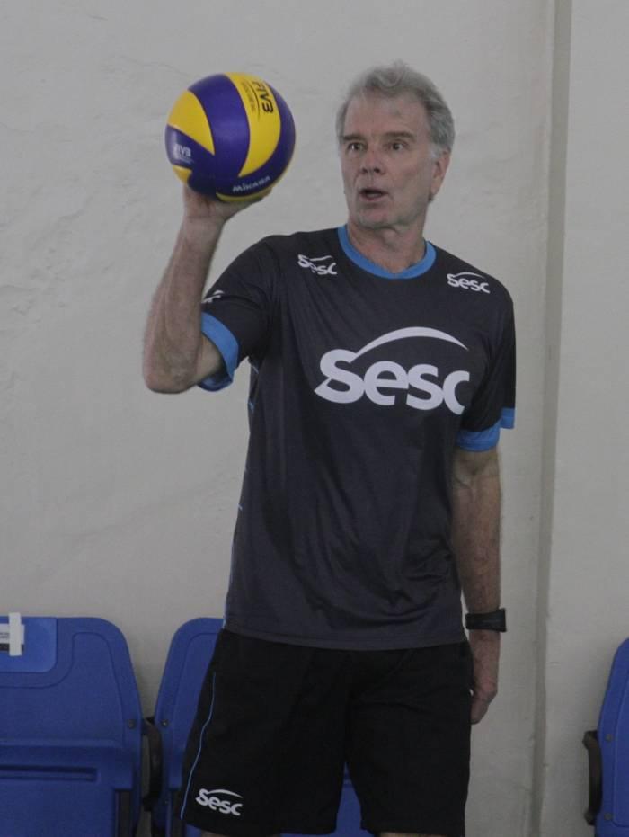Bernardinho comanda a equipe feminina do Sesc RJ na Superliga de Vôlei