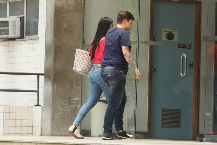 Karol, de azul, chega ao IML com a companheira para fazer exame