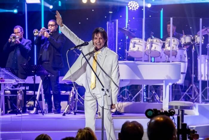 Roberto Carlos em show gravado na Ópera de Arame para o especial. Abaixo, o Rei com Erasmo Carlos