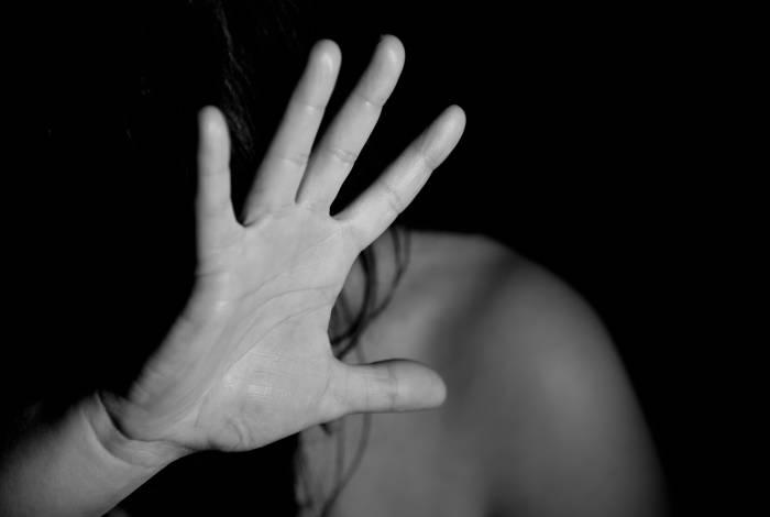Mulher foi esfaqueada em casa pelo marido e filho acionou 190