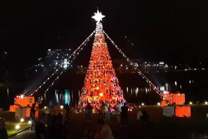Com 12 metros de altura, exalando cheiro e emitindo sons, árvore de Natal do Sesc é uma das atrações