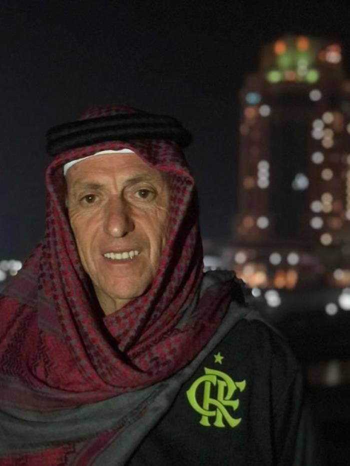 O técnico Jorge Jesus postou foto em rede social usando traje árabe
