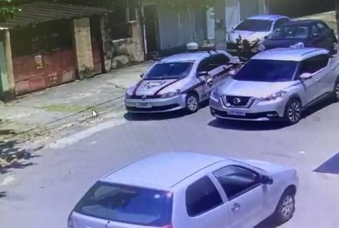 Bandido aponta fuzil para seguranças de escolta armada em Ramos