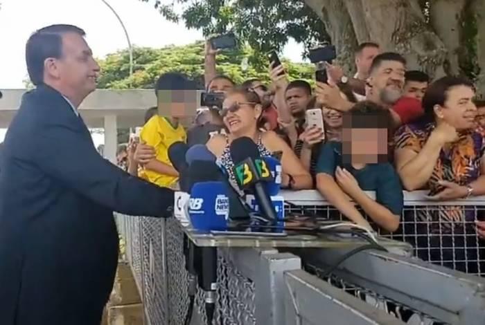 Presidente falou com jornalistas na manhã desta sexta-feira na entrada do Palácio da Alvorada, em Brasília