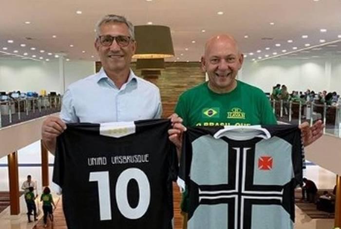 O presidente Alexandre Campello posa com a camisa do Vasco ao lado de Luciano Hang, dono da Havan