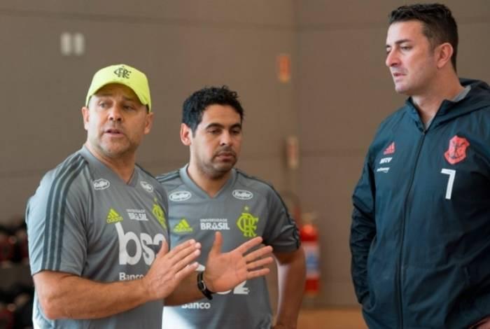 Mário Monteiro conversando com Betinho, preparador físico que já era do clube, durante treinamento