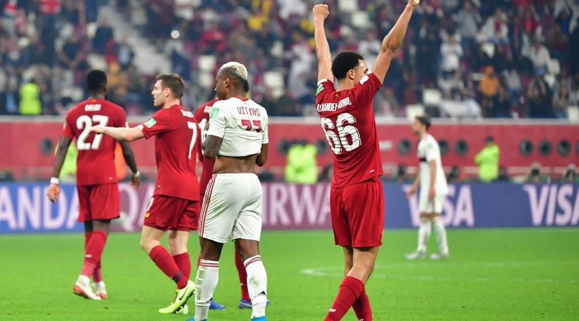 Alexander-Arnold (à direita) comemora o gol marcado por Firmino