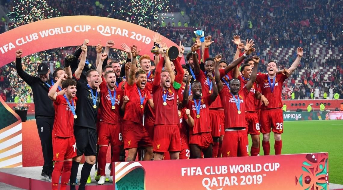 Jogadores do Liverpool festejam o título no pódio. No detalhe, os brasileiros Firmino e Alisson com a taça