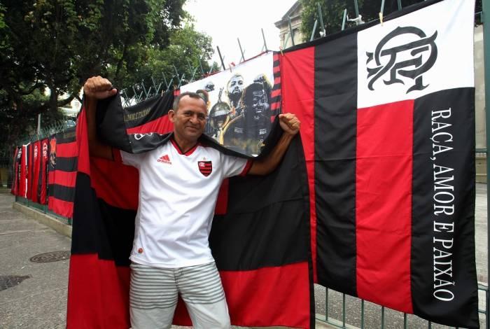 Vanildo, conhecido como seu 'Pará', vende bandeiras na frente à Igreja de Santana