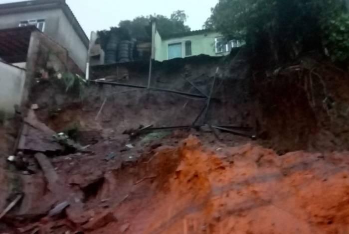A interdição de uma residência no bairro Vila Rica/ Três Poços retirou os moradores do local e multou o proprietário por remoção irregular de terra