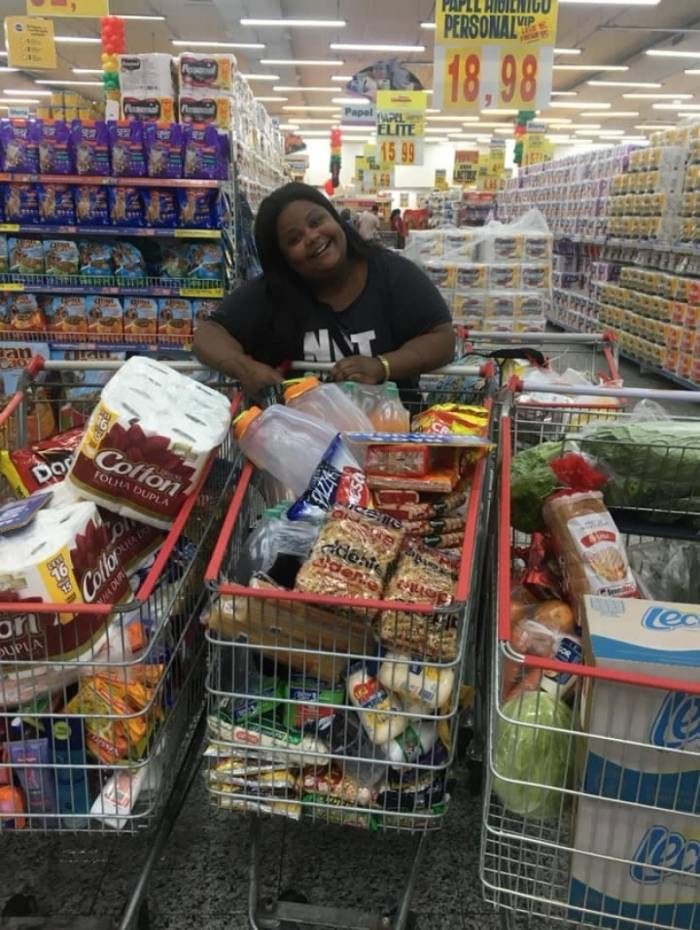 MC Carol mostra suas compras no supermercado