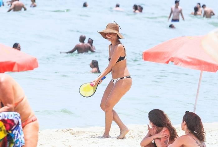 Camila Pitanga curte dia de praia e joga frescobol com amigos