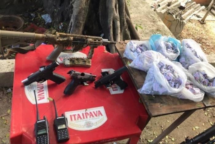 Um fuzil, quatro pistolas, drogas e rádios transmissores foram apreendidos pelos policiais militares no Morro do Urubu, em Pilares