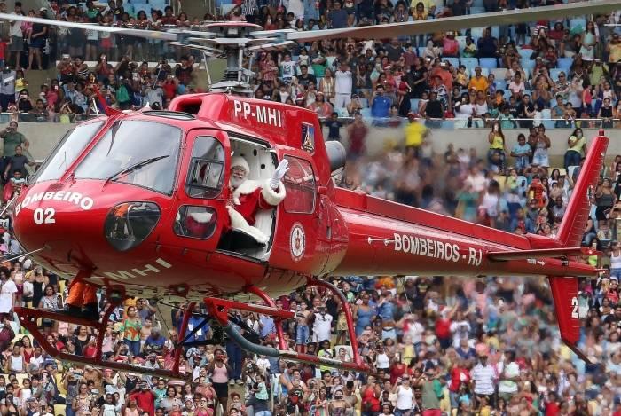 Depois de onze anos, Papai Noel volta a chegar de helicóptero no Maracanã para alegrar a criançada