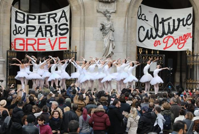 Bailarinas da Ópera de Paris em protesto na França
