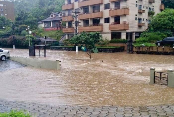 Trechos de importante acesso à cidade ficaram alagados, como a rua Coronel Veiga