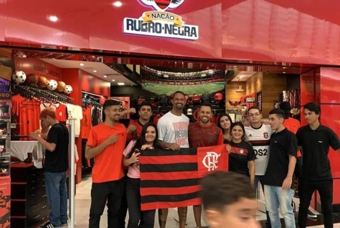 Goleiro foi Bruno tietado por flamenguistas em um Shopping no Rio