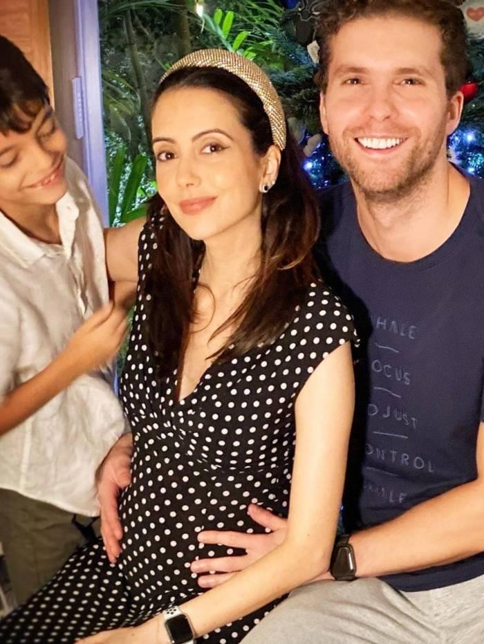 Thiago Fragoso posa com a mulher e o filho