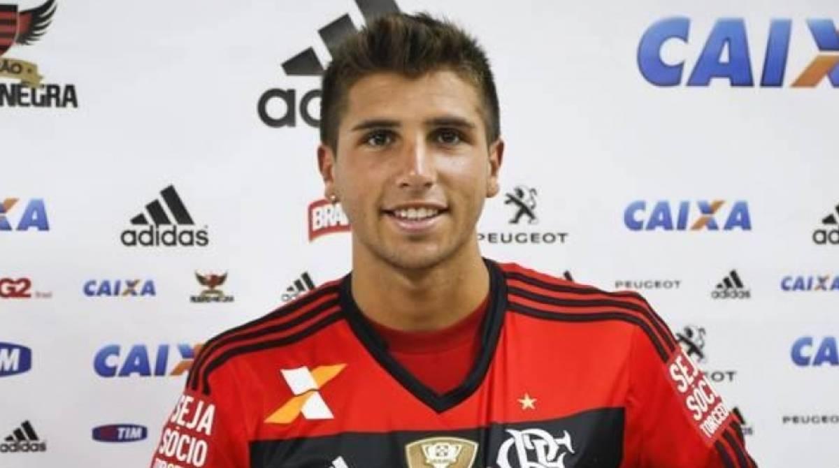Lucas Mugni - Dado como uma das grandes promessas do futebol argentino no início da década, Lucas Mugni chegou ao Flamengo em 2014 após se destacar no Colón-ARG. Contudo, apesar da grande expectativa, o meia não teve boa passagem no Rubro-negro e disputou apenas 50 partidas em três anos de Flamengo, marcando cinco gols.