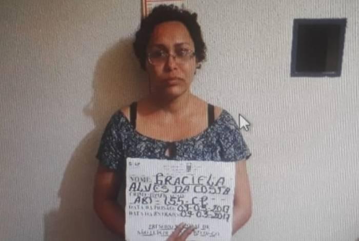 Mulher foi presa enquanto andava pela rua