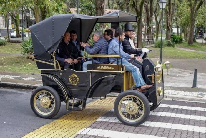 Sem os tradicionais cavalos, o novo transporte tem volante e motor elétrico