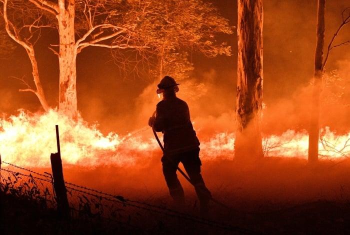 Incêndios florestais provocam mortes na Austrália e fuga de moradores para as praias