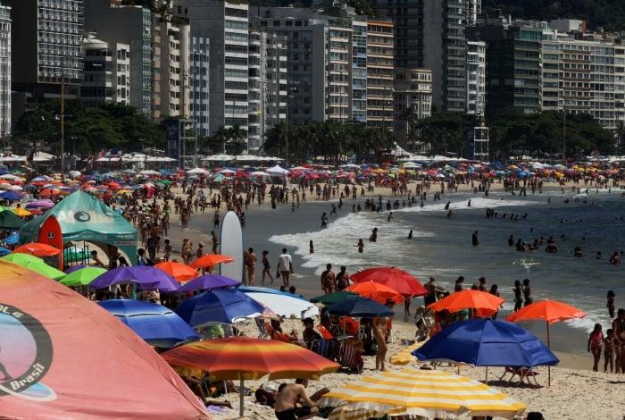 Cariocas lotaram Praia de Copacabana no primeiro dia de 2020: sensação térmica chegou a mais de 46 graus, mas há previsão de chuva para esta quinta-feira