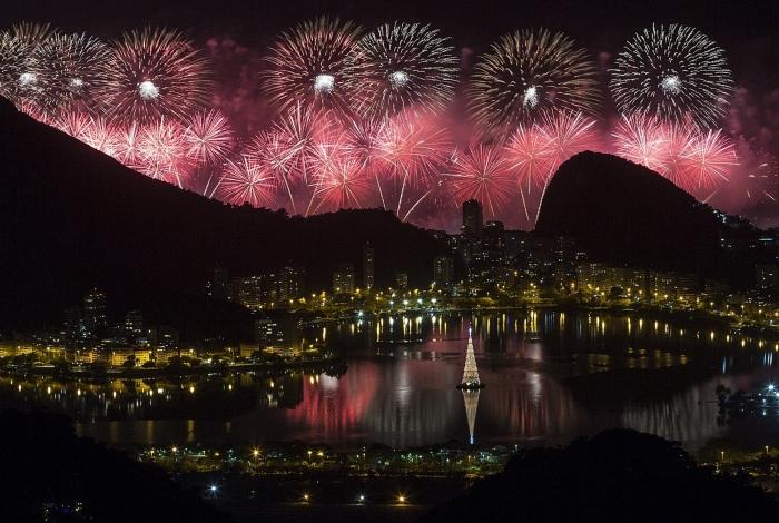 A tradicional queima de fogos em Copacabana, na Zona Sul, foi apreciada até da Vista Chinesa