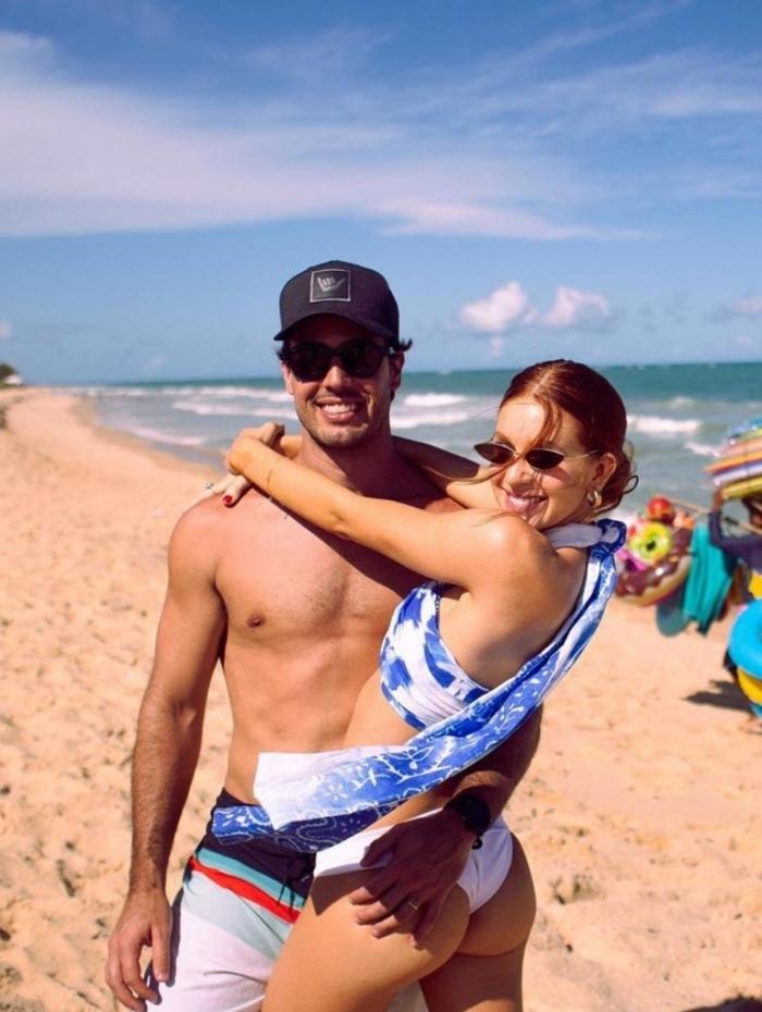 Marina Ruy Barbosa posa com o marido