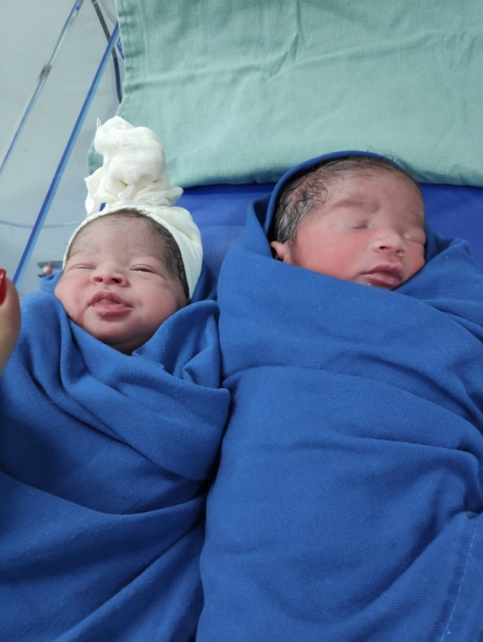 Gabriele e Rian nasceram com 2,46 quilos e 47 centímetros, e 2,86 quilos e 49 centímetros, respectivamente