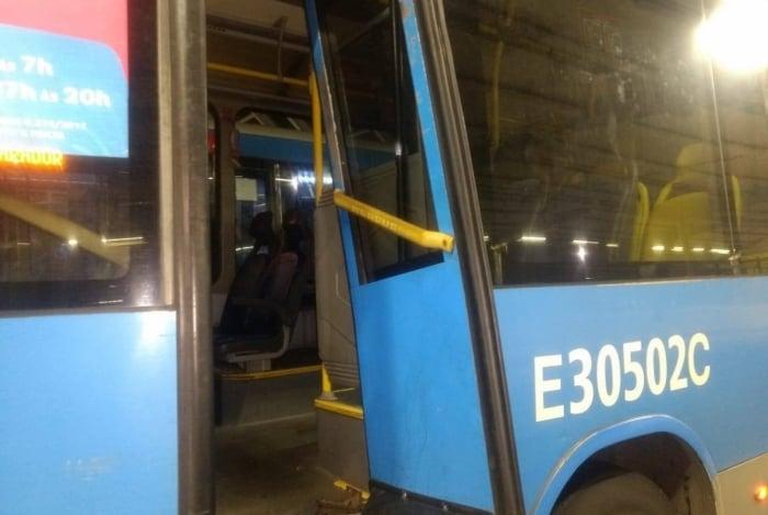 Três ônibus do corredor expresso foram destruídos, de acordo com o consórcio, prejudicando a circulação