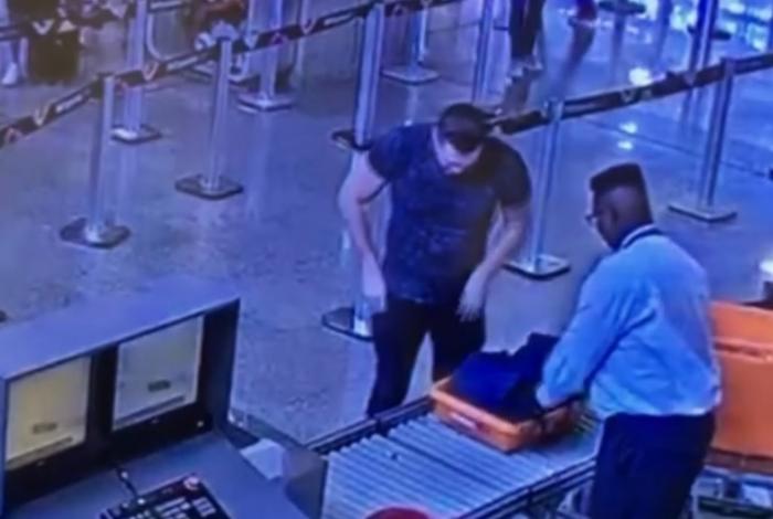 Eduardo Fauzi no aeroporto, fugindo do Brasil para Moscou