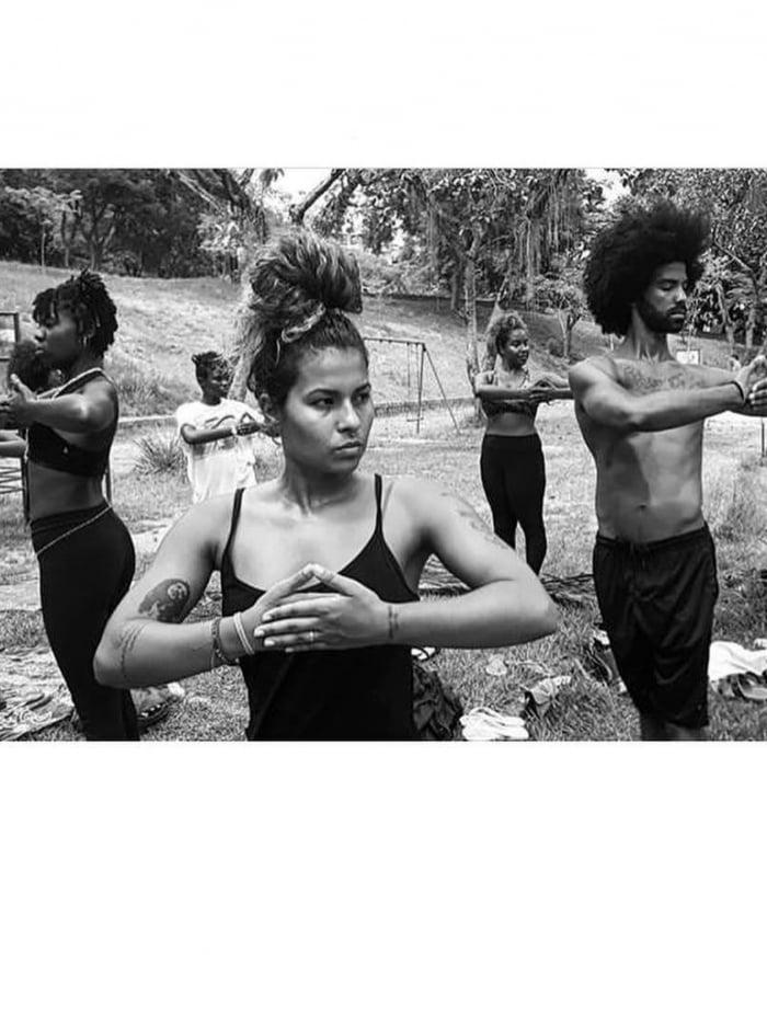 Tainá Antônio dá aula no projeto 'Yoga Marginal' (acima) e levou a pática para o Degase (E)