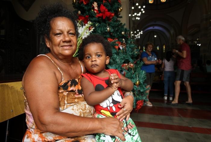 Ângela Maria levou o neto para agradecer gravidez da filha