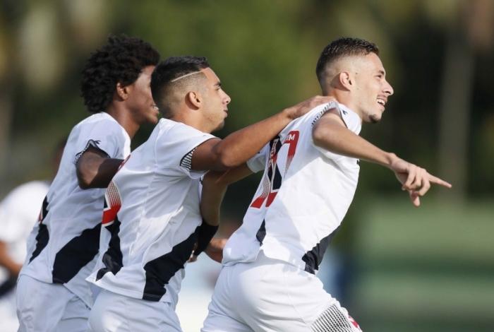 Caio Lopes (à direita) é o camisa 10 da equipe comandada por Alexandre Grasseli