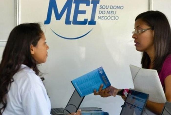 Funcionários da SEMADETUR vão auxiliar os microempreendedores a preencher a declaração anual