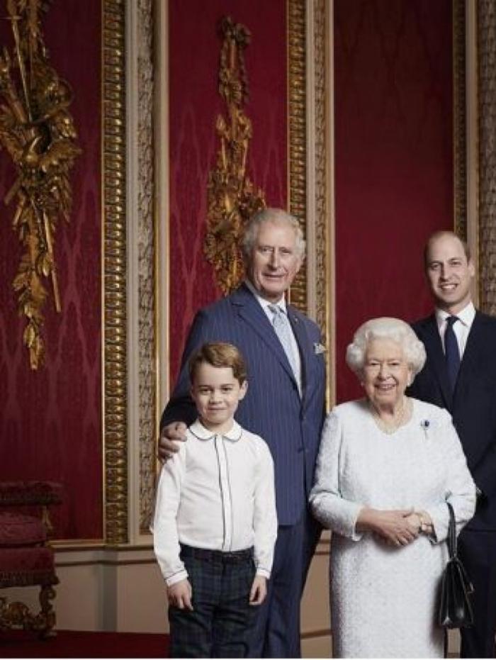 Rainha Elizabeth reúne 3 gerações em foto para 'marcar início de nova década'