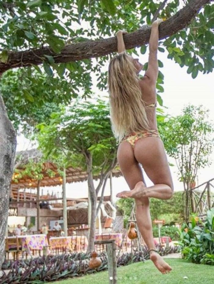 A apresentadora recebeu críticas ao postar fotos em que aparece de biquíni