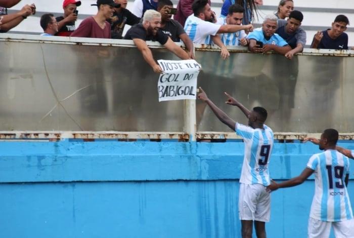 Matheus Babi comemorou o gol com a torcida, que exibiu um cartaz em sua homenagem