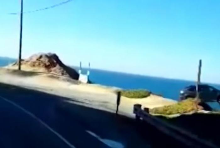 Nas imagens, é possível ver o momento em que o veículo cai do precipício em direção ao oceano