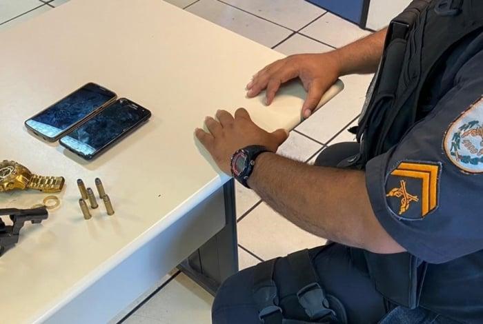 Uma arma foi apreendida pelos policiais