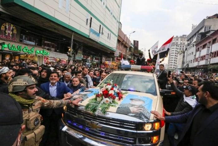 Pessoas prestam homenagem a Qassim Suleimani