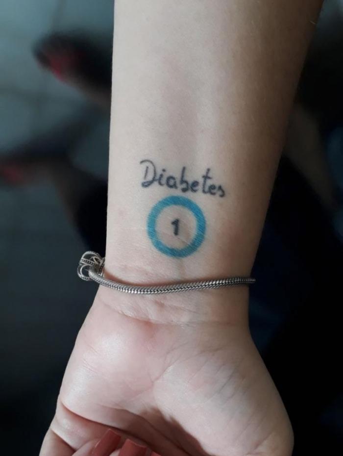 Mariana Nunes fez tatuagem com o símbolo do diabetes