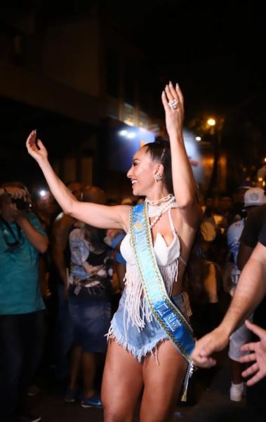 Sabrina Sato no ensaio de rua da Unidos de  Vila Isabel