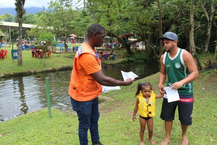 Funcionários entregaram panfletos aos visitantes nos sítios de lazer de Tinguá