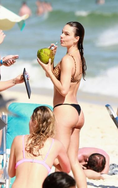 Ísis Valverde curte dia de praia