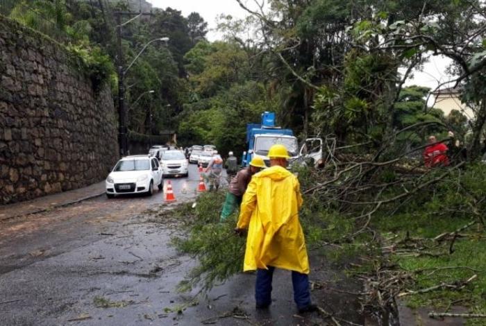 Chuva forte causou transtornos e alagamentos em Petrópolis