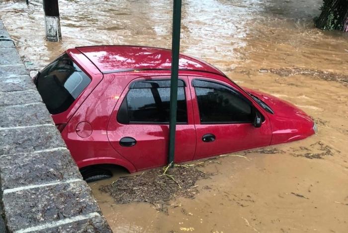 Em alguns pontos da cidade, como no bairro Bingen, carros foram arrastados pela força da água